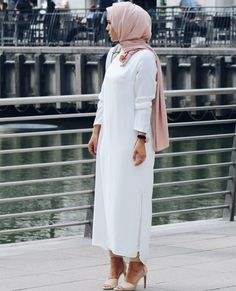 You don& have to give up on your Hijab to look fashionable. Get the modern Hijab street style look with these tips. Islamic Fashion, Muslim Fashion, Modest Fashion, Fashion Outfits, Fashion Wear, Hijab Style, Hijab Chic, Casual Hijab Outfit, Hijab Fashionista