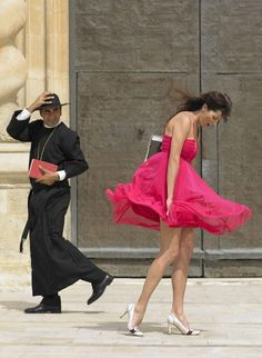 Perfect moment, Padre to ogle, the lady to do cover-up Blowin' In The Wind, Windy Day, Italian Style, Italian Life, Life Is Beautiful, Pretty In Pink, Cool Photos, Hot Girls, Celebrities