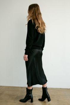 Black Skirt Outfits, Winter Dress Outfits, Casual Dress Outfits, Black Midi Skirt, Slip Dress Outfit, Black Slip Dress, Silk Skirt, Elastic Waist, Classy Clothes