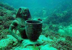 """Uma das maiores descobertas já feitas no século 21, a cidade egípcia todo foram encontrados debaixo d'água perto de Alexandria sob águas Abu-Qir Bay, no Egito, o """"Heracleion"""", também chamado """"Thonis"""", foi mencionado em historiadores gregos antigos, que a sua primórdios estava de volta ao século 12 aC, e que era uma cidade rica e foi especialmente floresceu no sexto ao século 4 aC, como foi demonstrado por muitos dos achados da cidade, e foi considerado como o principal porto do Egito."""