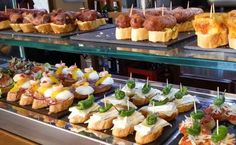 Some basic questions that people normally have about how to order and eat tapas, one of the iconic Spanish food concepts. Food Counter, Cafe Counter, Food Kiosk, Tasty, Yummy Food, Food Concept, Spanish Food, Food For Thought, Finger Foods