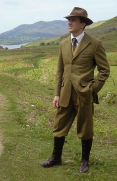 Suits do not automatically by the nature look very formal. Country Wear, Country Attire, Tweed Run, Tweed Jacket, Plus Fours, Suit Up, Well Dressed Men, Gentleman Style, British Style