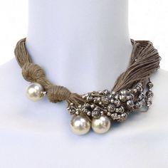 Collier Elsa  excentré mélange de perles en metal et de perles blanches sur un support en ficelle de lin