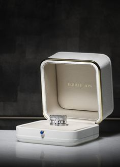 Monochromatic, the Quatre Radiant ring is a celebration of pure gold, a quintessential expression of the Maison Boucheron's style. Jewelry Ads, Mom Jewelry, Jewellery Boxes, Jewelry Packaging, Photo Jewelry, Jewelry Shop, Jewelery, Craft Jewelry, Bespoke Jewellery