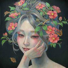 Hallucination - Miho Hirano. Je ziet een vrouw waar van haar haar in connectie staat met de natuur. Je ziet roze bloemen en takken met groene bladeren. De vrouw kijkt weg en naar beneden. Ze laat haar hoofd op haar hand rusten. De achtergrond is donker. Connectie: niet-westerse kunst. Dit kunstwerk heeft kenmerken van de stroming jugendstil.