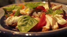 Salat von Hühnchen mit Tomate und Mozzarella