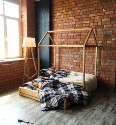 Детская кровать-домик для двух детей идеальна для сна игр ваших детей. Нижняя кровать задвигается под основную, тем самым экономит место в вашем доме.