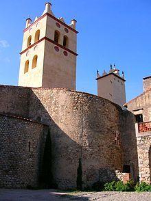 Abbazia di Saint-Génis-des-Fontaines - Abside e campanile della chiesa abbaziale. Il monastero è per la prima volta menzionato nell'anno 819 in un documento che cita il suo fondatore, l'abate Sentimir. Distrutto a causa di un saccheggio, venne ricostruito per volere del re carolingio Lotario nel 981.