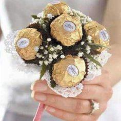 Bouquet para daminhas: Bouquet com Ferrero Rocher. Curtiu a ideia ?? #mundocasamento #casamento #wedding