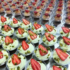 Pyramides de bulles pour un baptême aujourd'hui: fraisier pistache, chou passion/framboise et moelleux chocolat/caramel. Pour tous vos événements, troquez la traditionnelle pièce montée pour des pyramides de bulles by MP