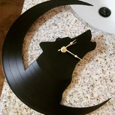 Howling Wolf Vinyl Record Clock by RerunVinylDesigns on Etsy Vinyl Record Projects, Vinyl Record Clock, Vinyl Records, Clock Art, Diy Clock, Cd Crafts, Diy Art Projects, Wood Clocks, Vinyl Art