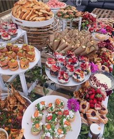 Party Food Buffet, Party Food Platters, Outdoor Catering, Catering Food, Charcuterie Recipes, Tummy Yummy, Brunch Party, Breakfast Buffet, Dessert For Dinner
