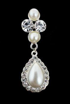 Ótima opção de brincos para noivas e festas. Belíssimo brinco prata cravejado com strass cristal e pedras pérola. Peça com aproximadamente 5,5 cm. Obs: Este brinco acompanha tarrachas sutiã de orelha. Ref.B342 R$ 64,90