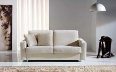 Sofá cama de gran calidad y diseño sencillo con brazo ancho con costura en el centro, equipado con un somier Gold firme, completamente plano y un colchón de 1,90 metros de largo y 13 cm de grueso.  Guarda la cama hecha con las dos sábanas y una colcha. No hay que quitar los almohadones para abrir la cama.  Su comodidad como cama es equiparable a cualquier cama fija, y su comodidad cómo sofá a la de los mejores sofás. Sólo usted sabrá que tiene una cama dentro.