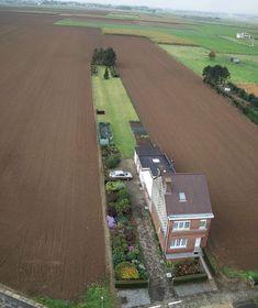 uglybelgianhouses:  Home Alone   #landscape #一軒家 #畑うわぁ...なんかすごい光景ですね。ヤシマットをだらーんと伸ばしたい気分です。^^;...にしても、えらい敷地ですね。
