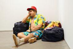 """Duane Hanson  """"Traveler"""" 1985  Autobody filler, polychromed with oil, mixed media with accessories / Résine polychromée à l'huile, technique mixte et accessoires.  32 x 28 x 50 1/2 inches / 81,3 x 71,1 x 127 cm"""