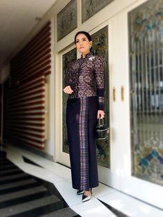 Thai Traditional Dress, Traditional Outfits, Skirt Fashion, Fashion Dresses, Myanmar Dress Design, Thai Fashion, Thai Dress, Sarongs, African Dress