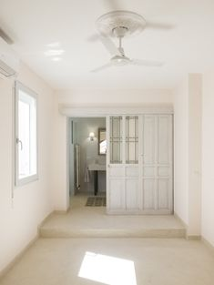 Puerta corredera recuperada para dar acceso al cuarto de baño. Alcove, Oversized Mirror, Bathtub, Bathroom, Furniture, Instagram, Home Decor, Sliding Door, Quartos
