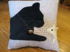 Whimsical and sweet pillow featuring a sleeping black kitty cat and a curious little white mouse peeking at him. This pair looks very realistic. get some yourself some pawtastic adorable cat apparel! Cat Applique, Applique Patterns, Quilt Patterns, Fabric Crafts, Sewing Crafts, Sewing Projects, Diy Pillows, Throw Pillows, Cushions