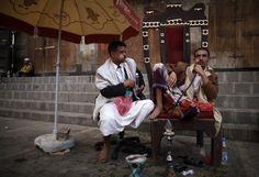Yemen, due uomini masticano il Qat nella città vecchia di San'A'.      (Reuters/Khaled Abdullah Ali Al Mahdi)    Seguici su www.thepostinternazionale.it