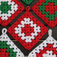 Crochet Granny Square Design Granny Squares: vintage xmas potholders - Made by Me Crochet Potholder Patterns, Christmas Crochet Patterns, Holiday Crochet, Crochet Dishcloths, Granny Square Crochet Pattern, Crochet Squares, Crochet Motif, Crochet Designs, Granny Squares