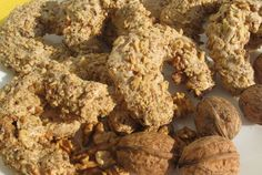Za posne orasnice potrebno je: 300 g mlevenih oraha 250 g posnog margarina, 600 g šecera u prahu, 300 g brašna, 1 prašak za pecivo.