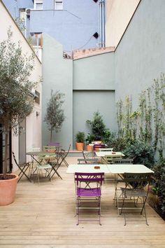 Beautiful al fresco dining | outdoor colour