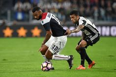 Daniel Alves (R) of Juventus FC competes with Joao Pedro of Cagliari Calcio during the Serie A match between Juventus FC and Cagliari Calcio at Juventus Stadium on September 21, 2016 in Turin, Italy.