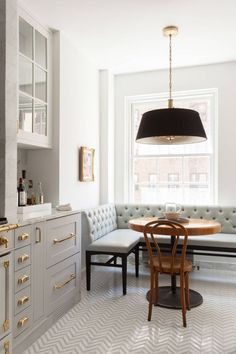Gray and Brass Kitchen Kitchen Decorating Ideas. Marble black and brass kitchen with drum pendant in breakfast nook. Marble black and brass kitchen with drum pendant in breakfast nook. Brass Kitchen, Kitchen Nook, Kitchen Walls, Kitchen Ideas, Kitchen Trends, Kitchen Cabinets, Kitchen Dining, Kitchen Storage, Kitchen Banquette