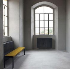 Šedá designová podlahová stěrka Architop na podlaze v minimalistickém interiéru. / Gray design floor coating Architop.  http://www.bocapraha.cz/cs/aktualita/52/architop-hlazena-betonova-podlaha/