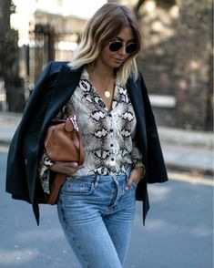 Be ready to see stylish snake print outfits at streets because it became a very trend print this season. Outfits Otoño, Spring Outfits, Casual Outfits, Fashion Outfits, Womens Fashion, Easy Style, Snake Print Pants, Blouse Outfit, Snake Skin
