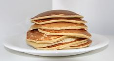 The yeast-free pancakes are great for a simple and light but rich breakfast. – The yeast-free pancakes are great for a simple and light but rich breakfast. Pancakes Sans Gluten, Tasty Pancakes, Homemade Pancakes, Fluffy Pancakes, Protein Pancakes, Breakfast Pancakes, Breakfast Recipes, Pancake Recipes, Flour Recipes