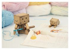 Danbo learns to crochet Danbo, Miss Piggy, Box Robot, Amazon Box, Cute Box, Learn How To Knit, Thinking Outside The Box, All Things Cute, Little Boxes