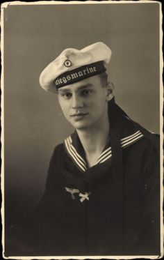 Foto Ansichtskarte / Postkarte Deutsche Wehrmacht, Kriegsmarine, Matrose in Uniform, Mütze, Mützenbänder, II. WK