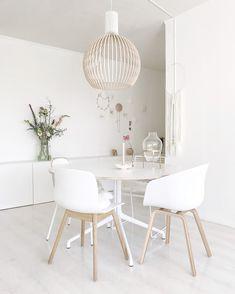 Een volledig wit interieur kan heel mooi zijn, maar als je deze niet goed stylet kan het wat kil en saai ogen. Heb jij een witte eethoek, maar ben je hier niet zo tevreden over? In deze blog geef ik je inspiratie en tips over hoe je jouw witte eethoek minder eentonig kunt maken.#eethoek #eetkamer #diningroom #diningarea #inspiratie #inspiration #wit #white #naturel Gold Interior, Interior Exterior, Interior Design, Dining Room Light Fixtures, Dining Room Lighting, Dining Nook, Dining Room Design, Chaise Hay, Tiny Furniture