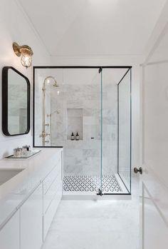 Salle de bain blanche luxueuse et moderne