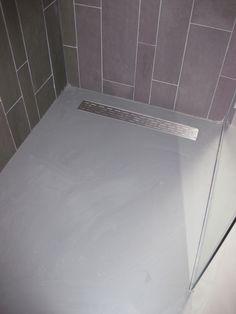 #Badkamer van de #hotelkamers met een strakke #gietvloer