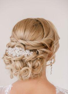 Stonowane czy bardziej szalone, klasyczne czy mniej formalne - jakie upięcie wybrać, aby stanowiło idealne dopełnienie stylizacji ślubnej?