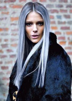 Du gris sur une chevelure parfaitement lisse