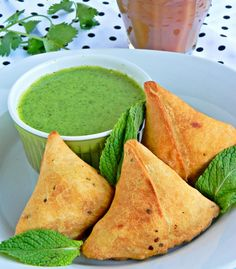 Samosa with potatoes and peas, an Indian pastry. Excellent appetizers, goes well with hot chai (tea). Switch ghee for non dairy spread for vegan samosas Indian Snacks, Indian Food Recipes, Asian Recipes, Vegetarian Recipes, Cooking Recipes, Curry Recipes, Green Chutney Recipe, Chutney Recipes, Punjabi Samosa