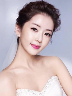 Clear and natural look with black eyeliner and cherry pink lip make-up. It looks lovely with curly wave bun up style hair.   Korean Concept Wedding Photography - IDOWEDDING (www.ido-wedding.com)