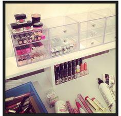 Love the acrylic drawers & lipstick holder ♡
