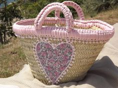 Panier cabas bohême chic romantique en osier avec coeur en tissu liberty et pompons roses