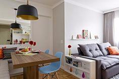 #inspiraçãododia O casal morador deste apartamento na Vila Mariana, em São Paulo, pediram a Ana Brito e Walter Mendonça – arquitetos e designers de interiores do Arquiteto em Casa (@arquitetoemcasa ) – nichos e prateleiras, porque eles gostam de objetos à vista, e que o rack e o sofá que já tinham fossem mantidos. O banco em L foi pensado para aproveitar o canto da sala de jantar. #revistacasaclaudia #decor #decoration #decoração #home #house #casa