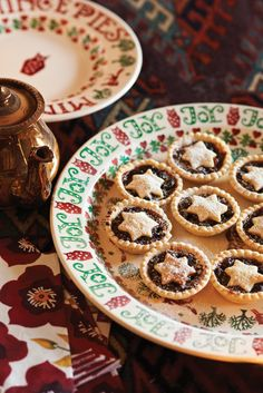 Whether it be mince pies or Christmas cake, they deserve a splendid setting - and this is it.