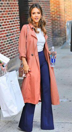 Agora, a Jessica Alba, maravilhosa, numa combinação de casaco goiaba, blusa branca e calça flare navy.💗 Amei! #creative #fashion #style #jessicaalba
