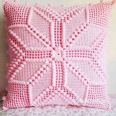 This Pin was discovered by Mur Crochet Pillow Cases, Crochet Cushion Cover, Crochet Pillow Pattern, Crochet Bedspread, Crochet Cushions, Crochet Quilt, Crochet Tablecloth, Crochet Diagram, Crochet Squares