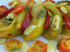 Предлагаем вашему вниманию отличную закуску из зелёных помидор. Для любителей подобных блюд, рецепт придется по вкусу, так как закуска является острой, пряной, ароматной. Подходит к мясу или картофелю, курице или мясу. Пробуйте, вам понравится! Ингредиенты 2 кг зеленых помидор 2 перца острых