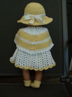 gehaakte jurk, onderbroek, poncho, sokjes  en hoed. Zelfgemaakt.