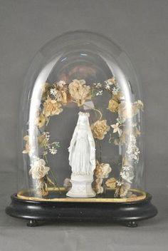 Globe de mariée à base ovale présentant une statuette en biscuit
